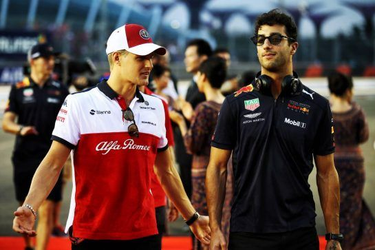 (L to R): Marcus Ericsson (SWE) Sauber F1 Team with Daniel Ricciardo (AUS) Red Bull Racing on the drivers parade. 16.09.2018. Formula 1 World Championship, Rd 15, Singapore Grand Prix, Marina Bay Street Circuit, Singapore, Race Day. - www.xpbimages.com, EMail: requests@xpbimages.com - copy of publication required for printed pictures. Every used picture is fee-liable. © Copyright: Batchelor / XPB Images