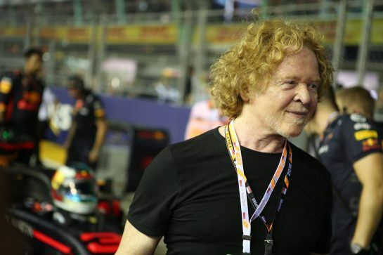 Mick Hucknall, Singer from Simply Red. 16.09.2018. Formula 1 World Championship, Rd 15, Singapore Grand Prix, Marina Bay Street Circuit, Singapore, Race Day. - www.xpbimages.com, EMail: requests@xpbimages.com - copy of publication required for printed pictures. Every used picture is fee-liable. © Copyright: Batchelor / XPB Images
