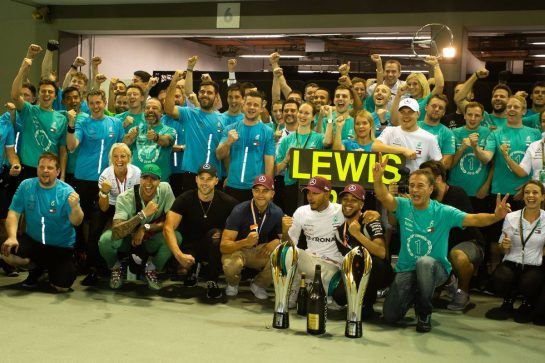 Race winner Lewis Hamilton (GBR) Mercedes AMG F1 celebrates with the team. 16.09.2018. Formula 1 World Championship, Rd 15, Singapore Grand Prix, Marina Bay Street Circuit, Singapore, Race Day.  - www.xpbimages.com, EMail: requests@xpbimages.com - copy of publication required for printed pictures. Every used picture is fee-liable. © Copyright: Bearne / XPB Images