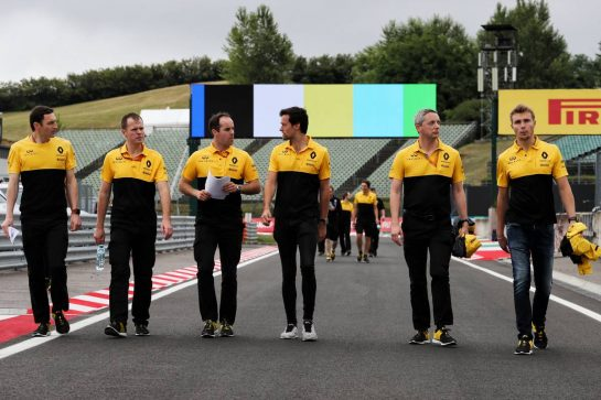 Jolyon Palmer (GBR) Renault Sport F1 Team and Sergey Sirotkin (RUS) Renault Sport F1 Team Third Driver walk the circuit with the team.