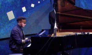 Lewis Hamilton shows his piano skills - covers Adele