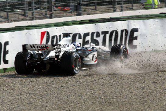02.08.2003 Mannheim, Deutschland, F1 am Hockenheimring, David Coulthard (GB, 05), West McLaren Mercedes, MP4-17D, auf der Strecke (Track) nach seinem CRASH in der Sachs Kurve - Samstag, Formel 1 Grand Prix (GP), Großer Preis von Deutschland 2003 (Länge 4.574m, Baden Württemberg) - Alle Bilder auf www.xpb.cc, eMail: info@xpb.cc - Abdruck ist honorarpflichtig. © Copyrightnachweis: Wiessmann / xpb.cc