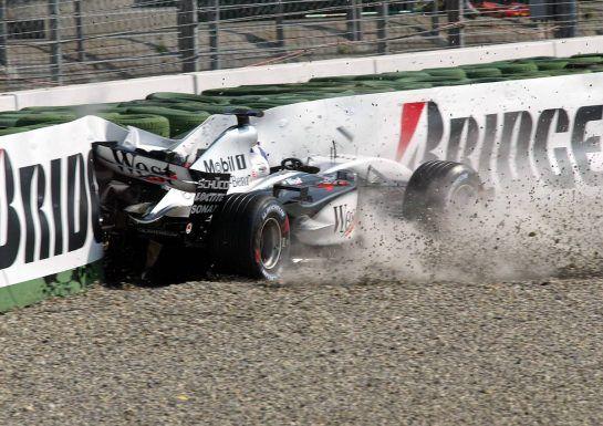 02.08.2003 Mannheim, Deutschland,F1 am Hockenheimring, David Coulthard (GB, 05), West McLaren Mercedes, MP4-17D, auf der Strecke (Track) nach seinem CRASH in der Sachs Kurve - Samstag, Formel 1 Grand Prix (GP), Großer Preis von Deutschland 2003 (Länge 4.574m, Baden Württemberg) - Alle Bilder auf www.xpb.cc, eMail: info@xpb.cc - Abdruck ist honorarpflichtig. © Copyrightnachweis: Wiessmann / xpb.cc