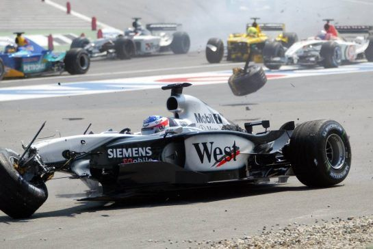 03.08.2003 Hockenheim, Deutschland,F1 am Hockenheimring, Start zum GP von Deutschland, CRASH / Unfall von Kimi Raikkonen, (Räikkönen, FIN, 06), West McLaren Mercedes, MP4-17D, auf der Strecke (Track) - Sonntag, Formel 1 Grand Prix (GP), Großer Preis von Deutschland 2003 (Länge 4.574m, Baden Württemberg) - Alle Bilder auf www.xpb.cc, eMail: info@xpb.cc - Abdruck ist honorarpflichtig. © Copyrightnachweis: xpb.cc