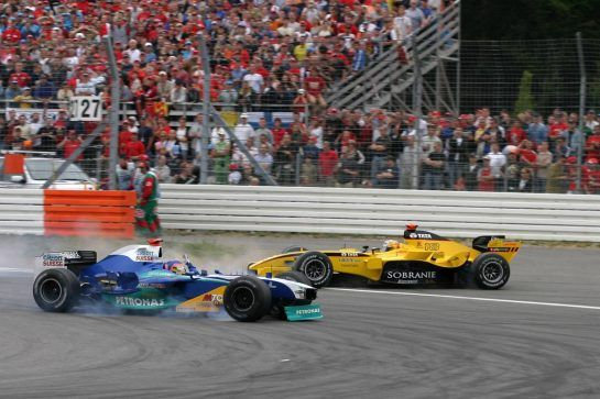 24.07.2005 Hockenheim, Germany, crash of Jacques Villeneuve, CDN, Sauber Petronas and Tiago Monteiro, PRT, Jordan - July, Formula 1 World Championship, Rd 12, German Grand Prix, Hockenheim, Germany, Grosser Mobil 1 Preis von Deutschland, GER, Hockenheimring Baden-Württemberg, Race - www.xpb.cc, EMail: info@xpb.cc - copy of publication required for printed pictures. Every used picture is fee-liable. © Copyright: D.Ebener / xpb.cc