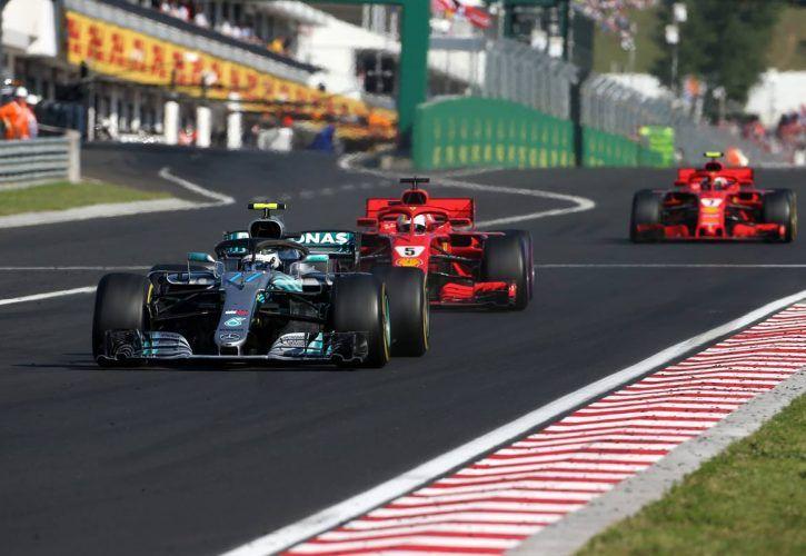 Valtteri Bottas (FIN) Mercedes AMG F1 and Sebastian Vettel (GER) Scuderia Ferrari
