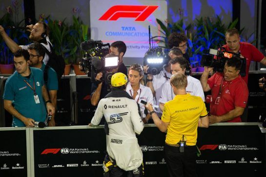 Carlos Sainz Jr (ESP) Renault Sport F1 Team with the media. 15.09.2018. Formula 1 World Championship, Rd 15, Singapore Grand Prix, Marina Bay Street Circuit, Singapore, Qualifying Day.  - www.xpbimages.com, EMail: requests@xpbimages.com - copy of publication required for printed pictures. Every used picture is fee-liable. © Copyright: Bearne / XPB Images