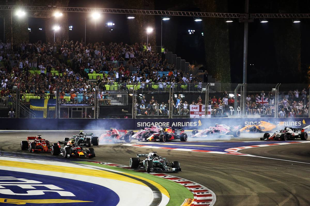 Lewis Hamilton (GBR) Mercedes AMG F1 W09 leads at the start of the Singapore Grand Prix