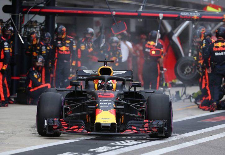 Daniel Ricciardo (AUS) Red Bull Racing RB14 pit stop.
