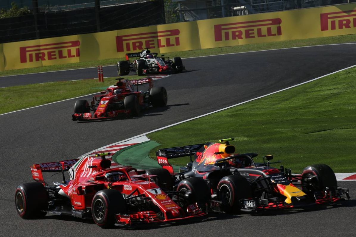 Max Verstappen (NLD) Red Bull Racing RB14 and Kimi Raikkonen (FIN) Ferrari SF71H battle for position