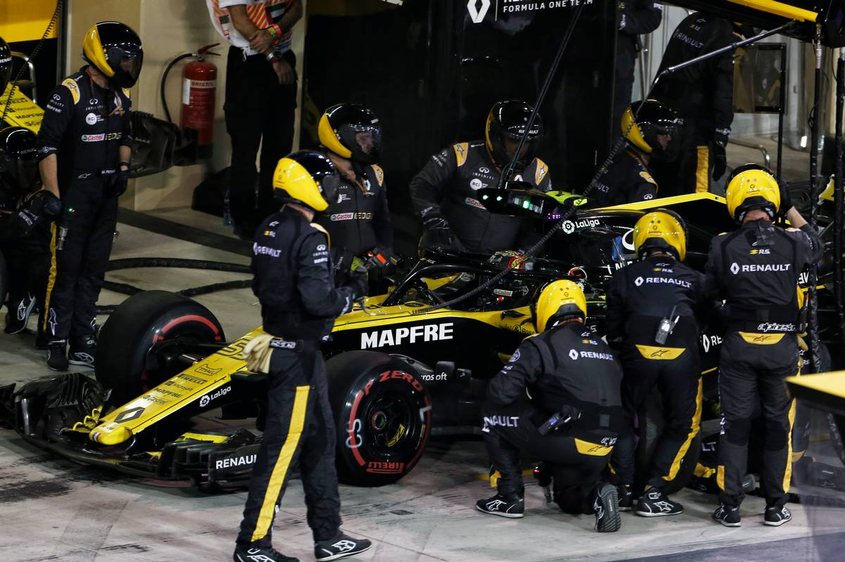 Carlos Sainz Jr (ESP) Renault Sport F1 Team RS18 makes a pit stop.