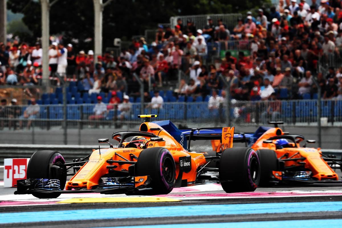 Stoffel Vandoorne (BEL) McLaren MCL33 leads team mate Fernando Alonso (ESP) McLaren MCL33.