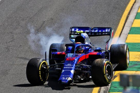 Alexander Albon (THA) Scuderia Toro Rosso STR14 crashed.
