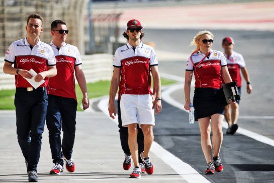 Antonio Giovinazzi (ITA) Alfa Romeo Racing walks the circuit with the team. 28.03.2019. Formula 1 World Championship, Rd 2, Bahrain Grand Prix, Sakhir, Bahrain, Preparation Day. - www.xpbimages.com, EMail: requests@xpbimages.com - copy of publication required for printed pictures. Every used picture is fee-liable. © Copyright: Batchelor / XPB Images
