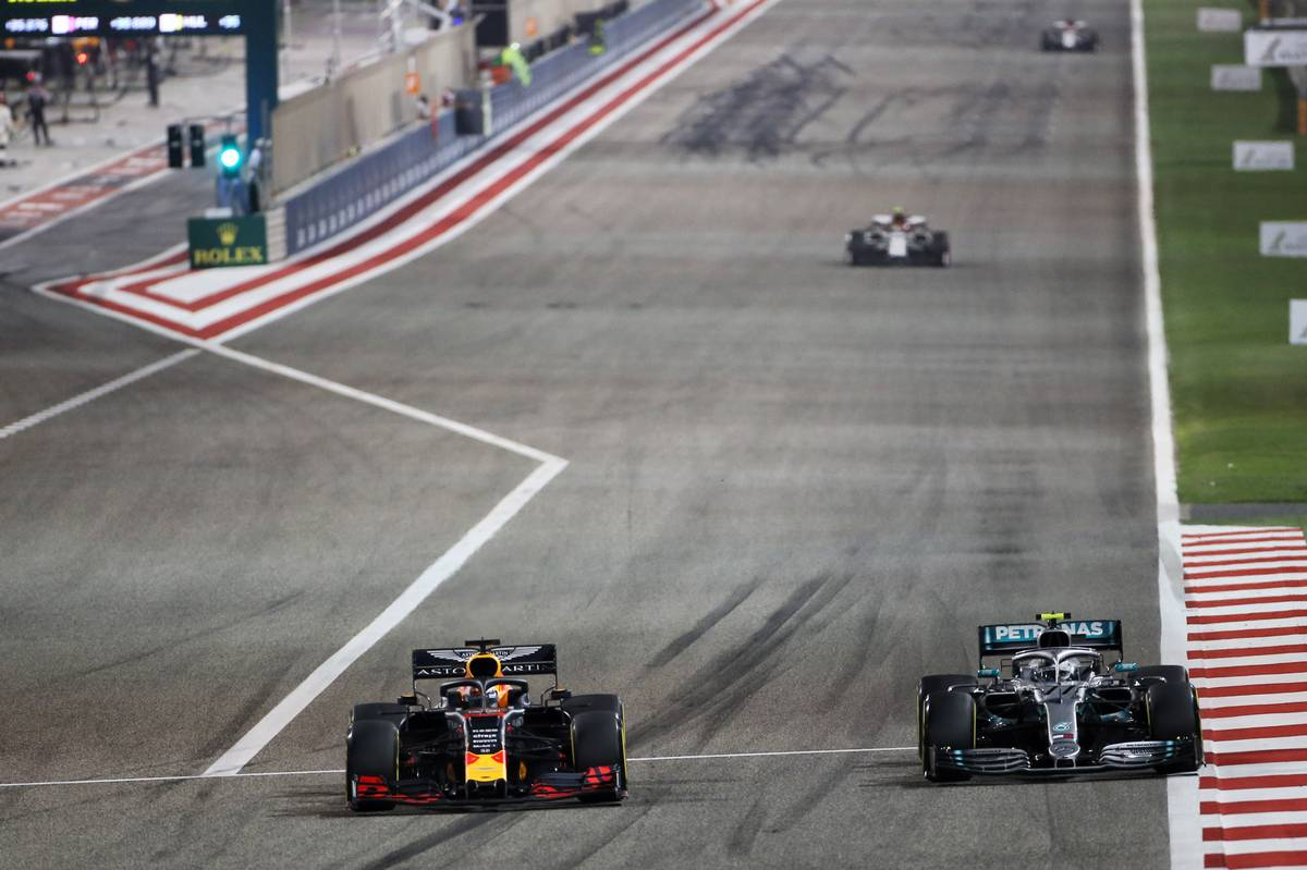 Max Verstappen (NLD) Red Bull Racing RB15 and Valtteri Bottas (FIN) Mercedes AMG F1 W10.