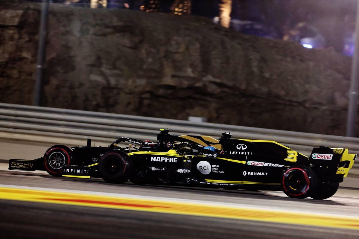 Nico Hulkenberg (GER) Renault F1 Team RS19 and Kevin Magnussen (DEN) Haas VF-19 battle for position.