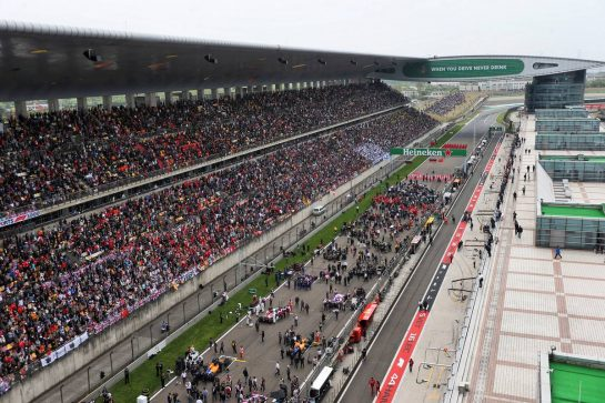 The grid before the start of the race. 14.04.2019. Formula 1 World Championship, Rd 3, Chinese Grand Prix, Shanghai, China, Race Day. - www.xpbimages.com, EMail: requests@xpbimages.com - copy of publication required for printed pictures. Every used picture is fee-liable. © Copyright: Photo4 / XPB Images