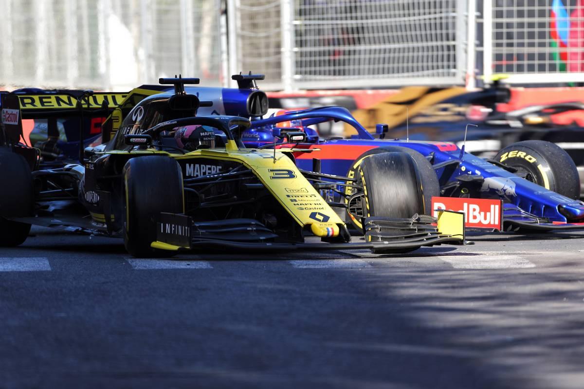 Daniel Ricciardo (AUS) Renault F1 Team RS19 and Daniil Kvyat (RUS) Scuderia Toro Rosso STR14 run wide.