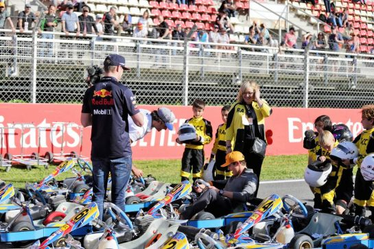 (L to R): Max Verstappen (NLD) Red Bull Racing; Carlos Sainz Jr (ESP) McLaren; and Lando Norris (GBR) McLaren, with young karters.