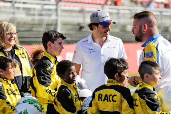 Carlos Sainz Jr (ESP) McLaren with young karters.
