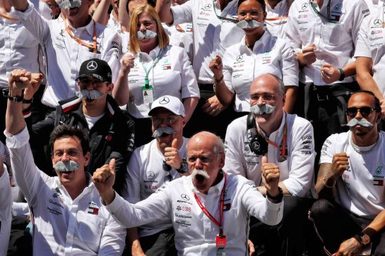 Dr. Dieter Zetsche (GER) Daimler AG CEO with the Mercedes AMG F1 team as they celebrate his last Grand Prix as Daimler AG CEO.