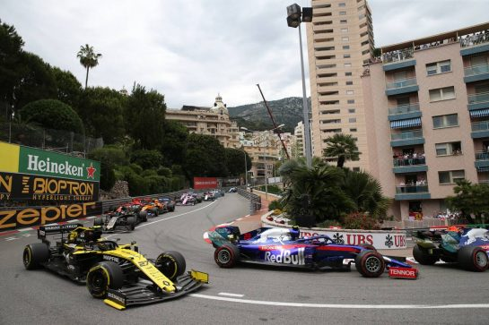 Nico Hulkenberg (GER) Renault Sport F1 Team RS19 and Alexander Albon (THA) Scuderia Toro Rosso STR14.