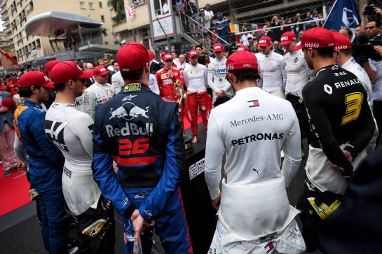 The drivers pay tribute to Niki Lauda on the grid.