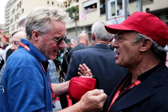 (L to R): Eddie Irvine (GBR) with Jean Alesi (FRA) on the grid.