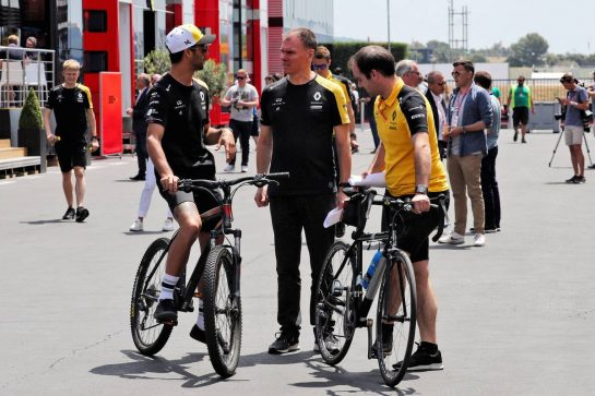 (L to R): Daniel Ricciardo (AUS) Renault F1 Team with Alan Permane (GBR) Renault F1 Team Trackside Operations Director and Karel Loos (BEL) Renault F1 Team Race Engineer.