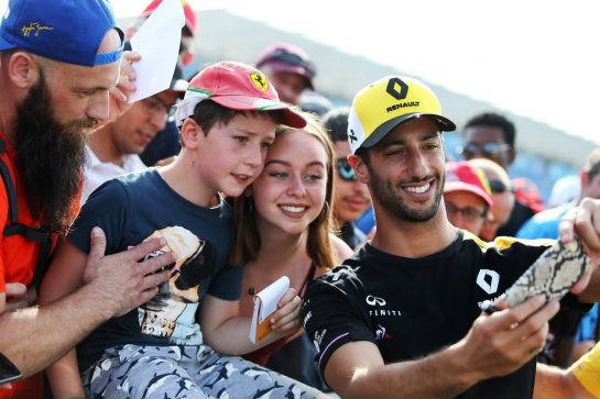 Daniel Ricciardo (AUS) Renault F1 Team with fans.