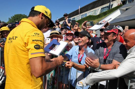 Daniel Ricciardo (AUS) Renault F1 Team signs autographs for the fans.