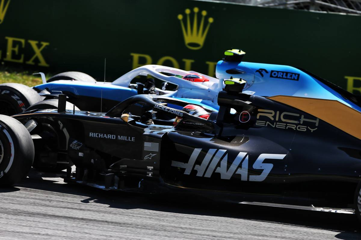 Kevin Magnussen (DEN) Haas VF-19 and Robert Kubica (POL) Williams Racing FW42 battle for position.