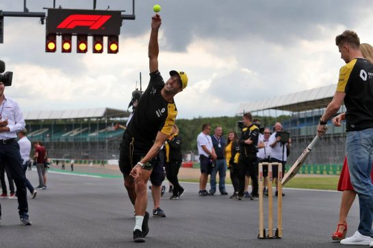 Daniel Ricciardo (AUS) Renault F1 Team plays cricket. 11.07.2019. Formula 1 World Championship, Rd 10, British Grand Prix, Silverstone, England, Preparation Day. - www.xpbimages.com, EMail: requests@xpbimages.com - copy of publication required for printed pictures. Every used picture is fee-liable. © Copyright: Moy / XPB Images