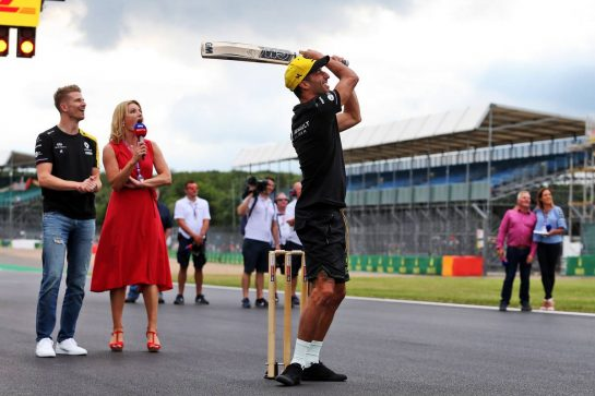 Daniel Ricciardo (AUS) Renault F1 Team and Nico Hulkenberg (GER) Renault F1 Team play cricket. 11.07.2019. Formula 1 World Championship, Rd 10, British Grand Prix, Silverstone, England, Preparation Day. - www.xpbimages.com, EMail: requests@xpbimages.com - copy of publication required for printed pictures. Every used picture is fee-liable. © Copyright: Moy / XPB Images