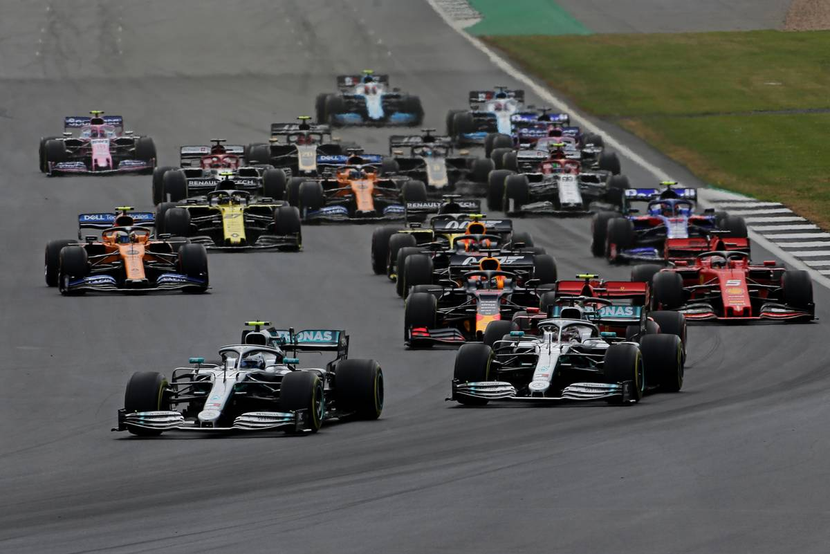 Start of the race, Valtteri Bottas (FIN), Mercedes AMG F1 and Lewis Hamilton (GBR), Mercedes AMG F1