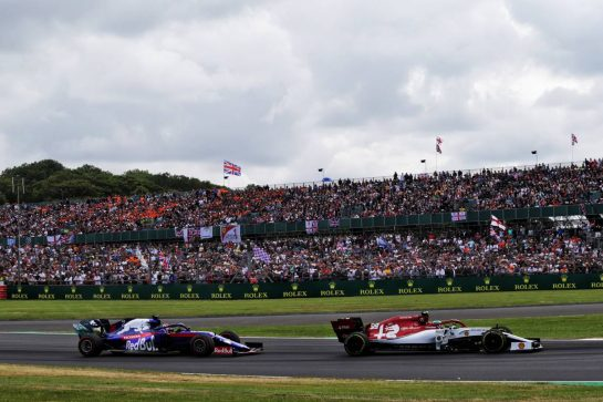 Antonio Giovinazzi (ITA) Alfa Romeo Racing C38 leads Daniil Kvyat (RUS) Scuderia Toro Rosso STR14.