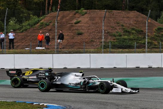 Valtteri Bottas (FIN) Mercedes AMG F1 W10 and Nico Hulkenberg (GER) Renault F1 Team RS19 battle for position. 28.07.2019. Formula 1 World Championship, Rd 11, German Grand Prix, Hockenheim, Germany, Race Day. - www.xpbimages.com, EMail: requests@xpbimages.com - copy of publication required for printed pictures. Every used picture is fee-liable. © Copyright: Moy / XPB Images
