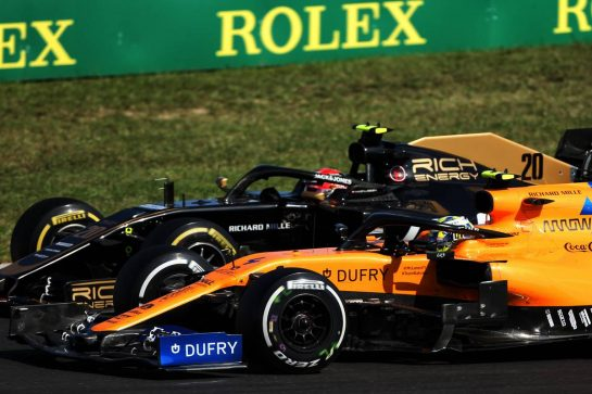 Kevin Magnussen (DEN) Haas VF-19 and Lando Norris (GBR) McLaren MCL34 battle for position.