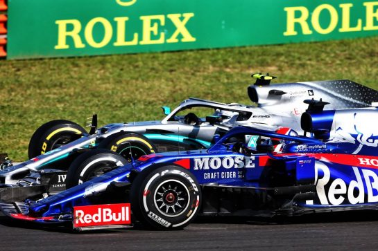 Valtteri Bottas (FIN) Mercedes AMG F1 W10 and Daniil Kvyat (RUS) Scuderia Toro Rosso STR14 battle for position.