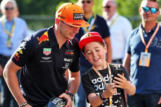 Max Verstappen (NLD) Red Bull Racing with a young fan.