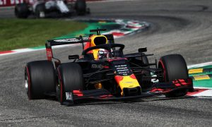 Verstappen caught out by drivers 'standing still' at first chicane