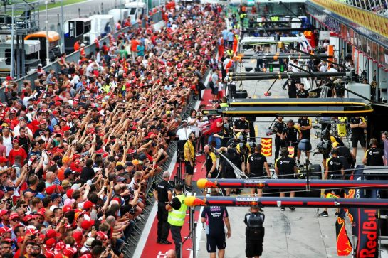 Fans in the pit lane outside the Renault F1 Team garage. 05.09.2019. Formula 1 World Championship, Rd 14, Italian Grand Prix, Monza, Italy, Preparation Day. - www.xpbimages.com, EMail: requests@xpbimages.com - copy of publication required for printed pictures. Every used picture is fee-liable. © Copyright: Batchelor / XPB Images