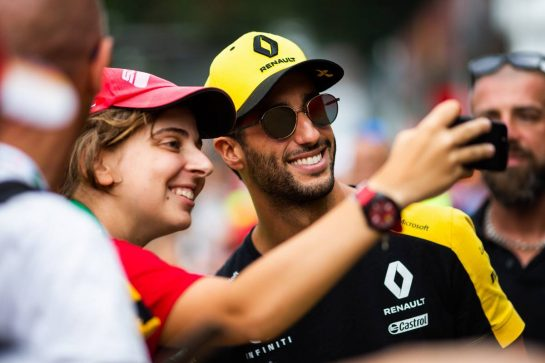 Daniel Ricciardo (AUS) Renault F1 Team with fans. 05.09.2019. Formula 1 World Championship, Rd 14, Italian Grand Prix, Monza, Italy, Preparation Day.  - www.xpbimages.com, EMail: requests@xpbimages.com - copy of publication required for printed pictures. Every used picture is fee-liable. © Copyright: Filipe / XPB Images