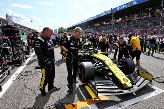 Nico Hulkenberg (GER) Renault F1 Team RS19 on the grid.