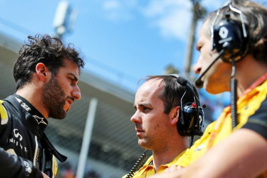Daniel Ricciardo (AUS) Renault F1 Team on the grid with Karel Loos (BEL) Renault F1 Team Race Engineer and Ciaron Pilbeam (GBR) Renault F1 Team Chief Race Engineer.