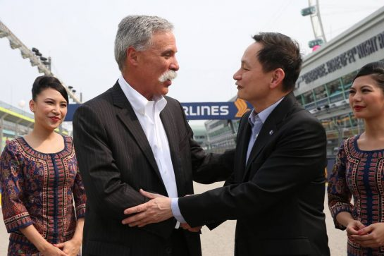 Chase Carey (USA) Formula One Group Chairman with Goh Choon Phong, CEO of Singapore Airlines - Title Sponsor agreement to 2021.