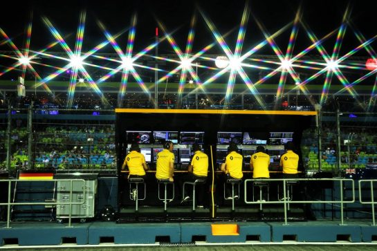 Renault F1 Team pit gantry. 20.09.2019. Formula 1 World Championship, Rd 15, Singapore Grand Prix, Marina Bay Street Circuit, Singapore, Practice Day. - www.xpbimages.com, EMail: requests@xpbimages.com - copy of publication required for printed pictures. Every used picture is fee-liable. © Copyright: Moy / XPB Images