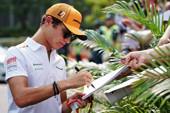 Lando Norris (GBR) McLaren signs autographs for the fans. 21.09.2019. Formula 1 World Championship, Rd 15, Singapore Grand Prix, Marina Bay Street Circuit, Singapore, Qualifying Day.  - www.xpbimages.com, EMail: requests@xpbimages.com - copy of publication required for printed pictures. Every used picture is fee-liable. © Copyright: Dungan / XPB Images