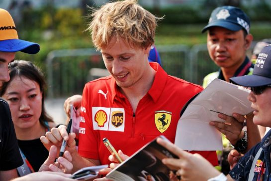 Brendon Hartley (NZL) Ferrari Test and Simulator Driver signs autographs for the fans. 21.09.2019. Formula 1 World Championship, Rd 15, Singapore Grand Prix, Marina Bay Street Circuit, Singapore, Qualifying Day.  - www.xpbimages.com, EMail: requests@xpbimages.com - copy of publication required for printed pictures. Every used picture is fee-liable. © Copyright: Dungan / XPB Images