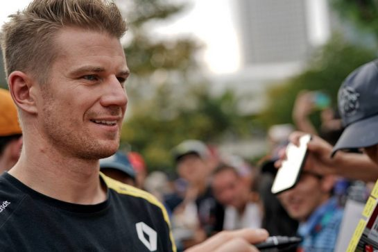 Nico Hulkenberg (GER) Renault F1 Team signs autographs for the fans. 21.09.2019. Formula 1 World Championship, Rd 15, Singapore Grand Prix, Marina Bay Street Circuit, Singapore, Qualifying Day.  - www.xpbimages.com, EMail: requests@xpbimages.com - copy of publication required for printed pictures. Every used picture is fee-liable. © Copyright: Dungan / XPB Images